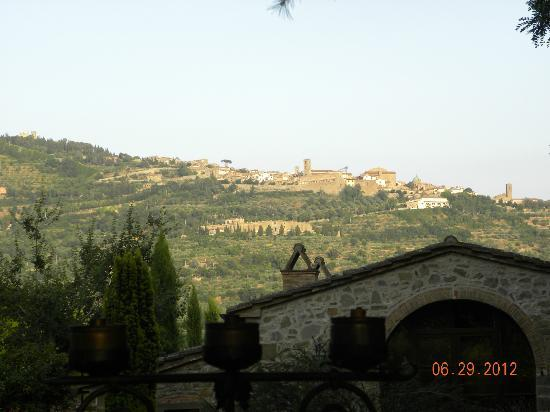 Relais Villa Baldelli: View of Cortona from the outdoor dining patio