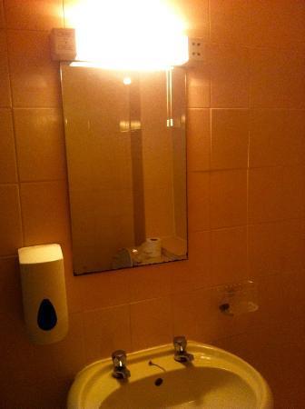 By the Beach Hotel: Dark, claustrophobic, worn bathroom