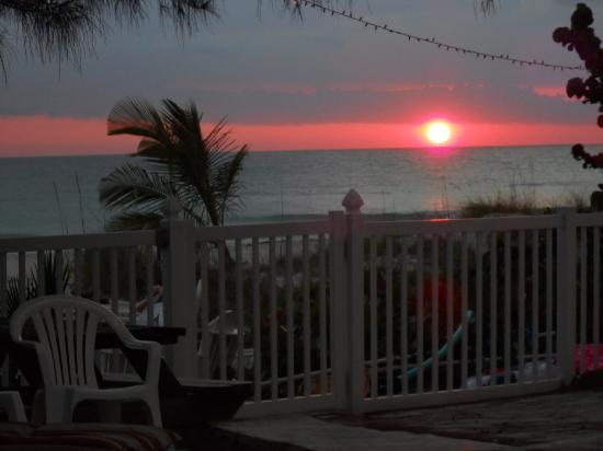 Barrett Beach Bungalows: The beautiful sunset from the pool area.