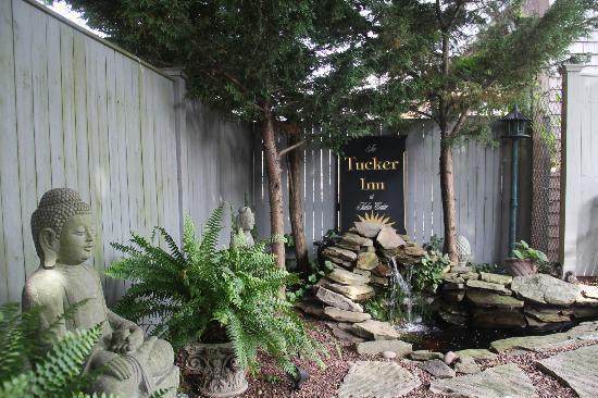 Tucker Inn: Gardens