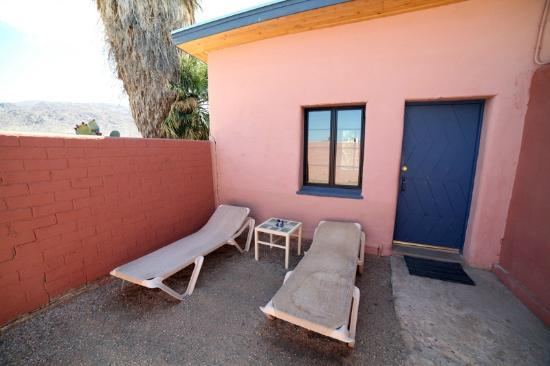 29 Palms Inn: Sunbaking area outside of room?