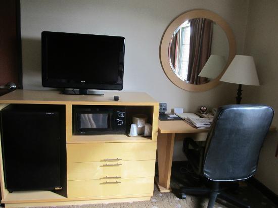 Comfort Suites: Desk and TV