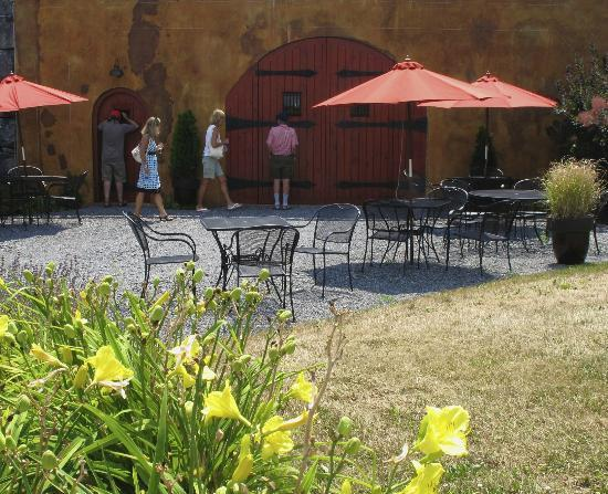 Anyela's Vineyards: Patio at the winery where lunch was served