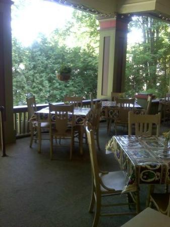 Terrace Inn and 1911 Restaurant: Dining on the terrace.