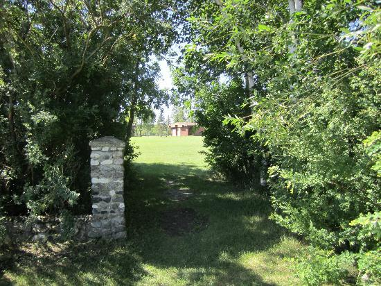 Camp Morton Provincial Park: Pathway leading to field and shower/modern washroom