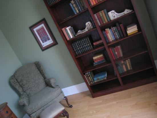 Red Brick Inn: Library Nook