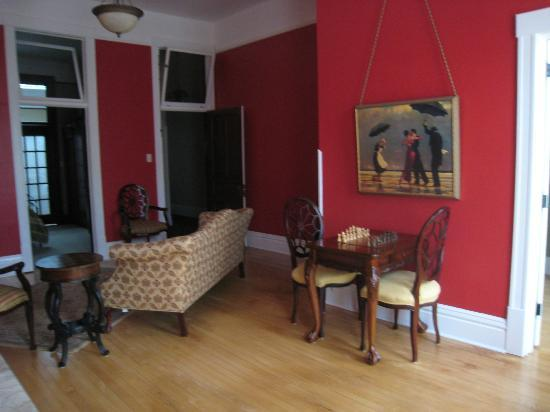Red Brick Inn: Front room/Living area