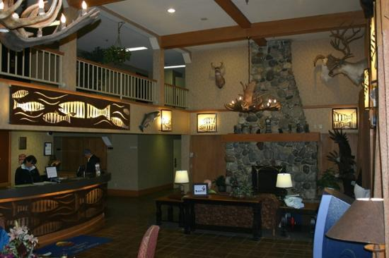 Comfort Inn Ship Creek: Hotel Lobby with view of upstairs balcony