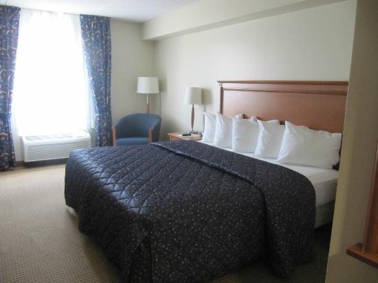 Days Inn & Suites Collingwood: comfy bed