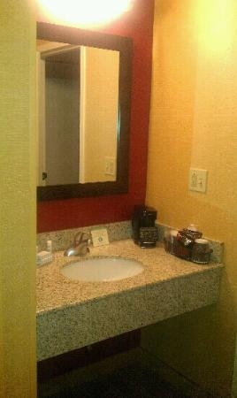 Courtyard by Marriott Kansas City South: Bathroom Sink