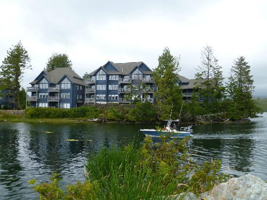 Water's Edge Shoreside Suites: View of Water's Edge Resort from the wharf. 