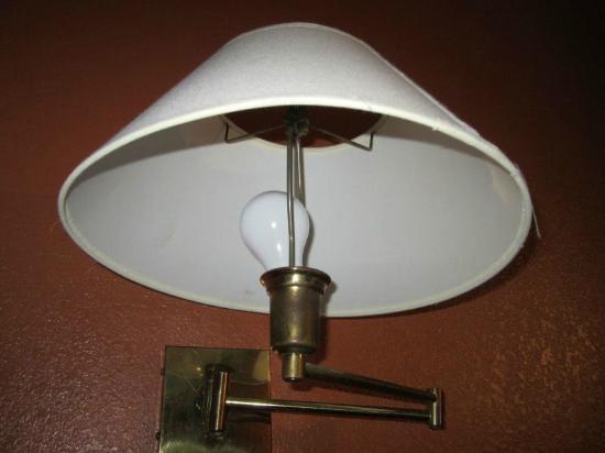 American Inn & Suites: broken light