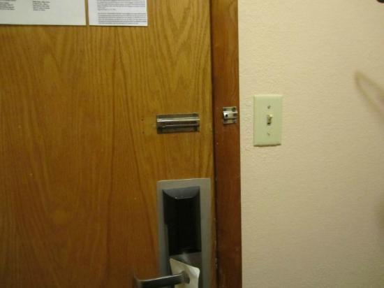 American Inn & Suites: no security latch on door