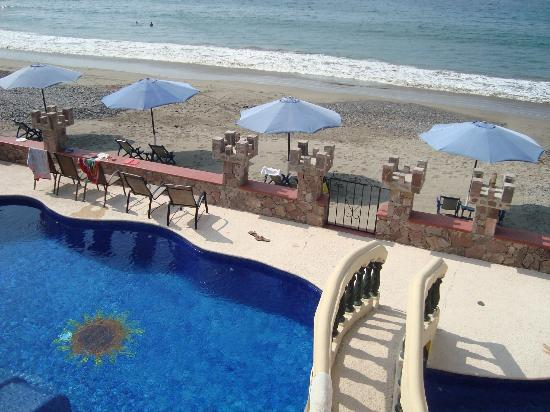 Castillo Chulada: Overview of the pool.beach area