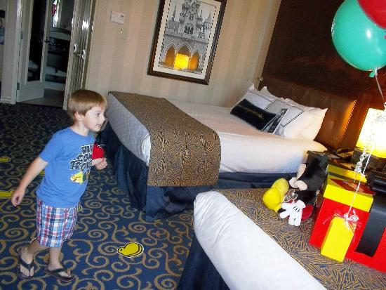 Disneyland Hotel: Discovering the presents left my Mickey