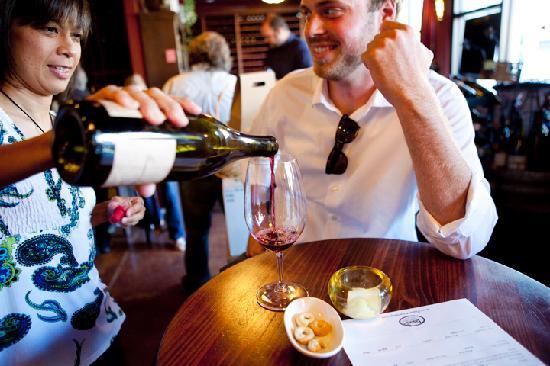 Tastes of the Valleys Wine Bar & Shop: Wine tasting flights