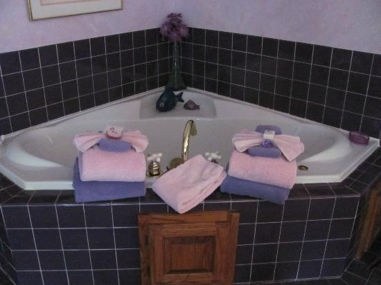 ‪‪Cliff Cottage Inn - Luxury B&B Suites & Historic Cottages‬: Jacuzzi for 2 on immediate left