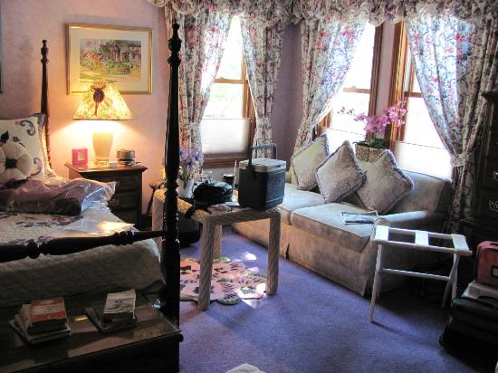 Cliff Cottage Inn - Luxury B&B Suites & Historic Cottages: Collette's Mini-Suite - right view from doorway