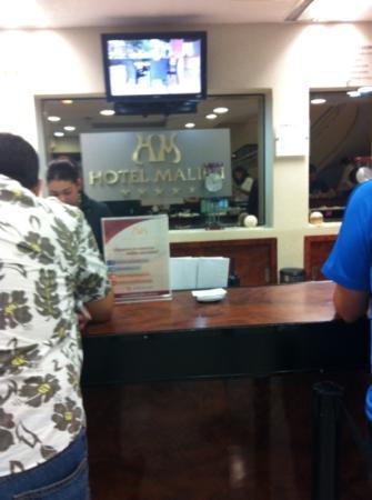 Malibu Hotel: esperando turno para registrar mi saluda del hotel.