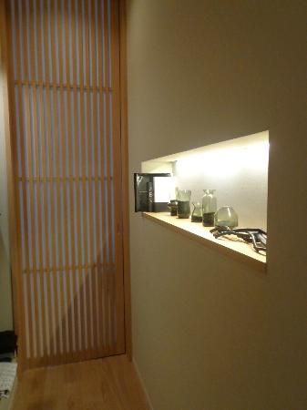 Hotel Kanra Kyoto: Actus room - From front door towards bedroom