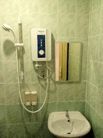 Ku Inn Hotel: Bathroom View with Heater
