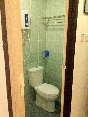 Ku Inn Hotel: Bathroom View