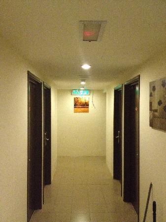 Ku Inn Hotel: Hotel Corridor
