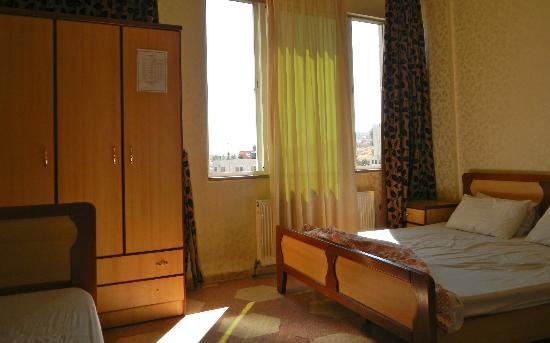 Arab Tower Hotel: Bedroom w/ twin bed and queen size bed