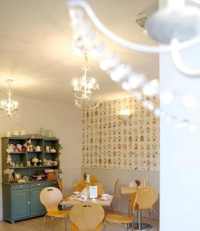 Birdhouse Bakery Tea Room: crafts and coffee