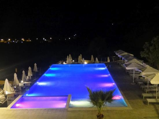 Rimondi Grand Resort & Spa: pool light show at night