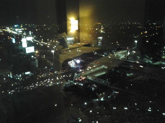 Hotel Ciputra Jakarta: pemandangan dari kamar kami pada malam