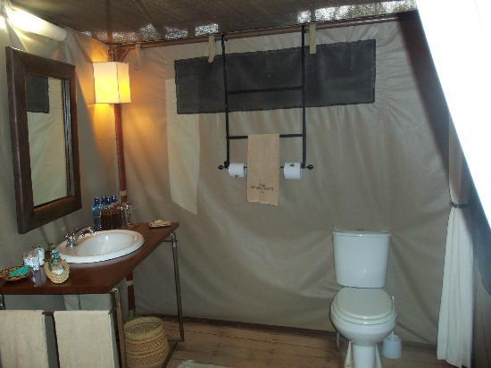 Ol Seki Hemingways Mara: Guest Toilet