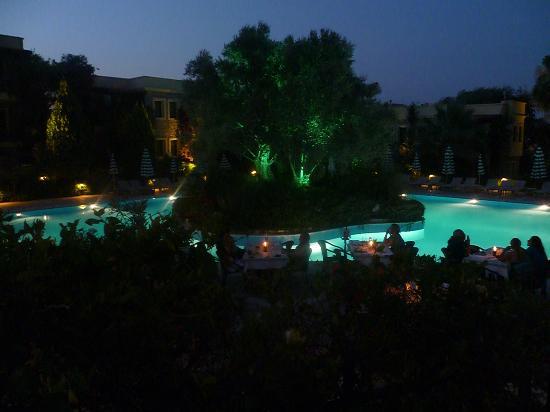 زيتيندا هوتيل: Pool at Night 