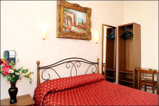 Tete de lit en fer forg picture of pratic hotel paris tripadvisor - Lit fer forge 160x200 ...