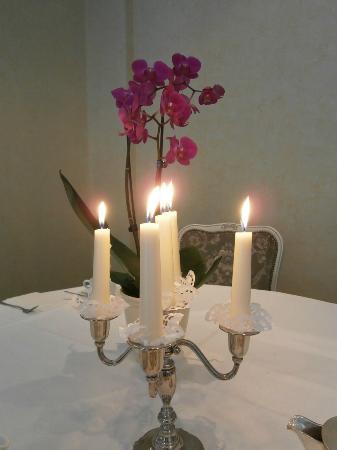 Alte Wache Hotel: 朝食時のテーブル