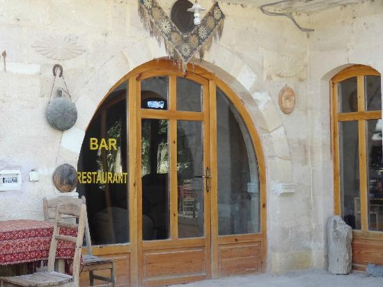Gumus (Silver) Cave Hotel: Bar & Restaurant at the Gumus; In summer, most dined outside in the garden
