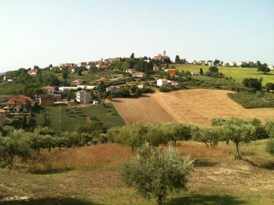 Agriturismo il Colle dei Ceci: La vista di Francavilla D'Ete dalla mia camera
