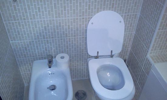 Hotel Mediterraneo: Toilet & bidet