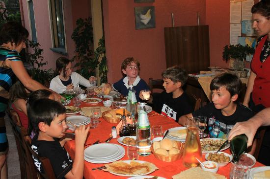 L'Orto Agriturismo: Diner - We've put kids together - Belgium - France - Italy - Spain
