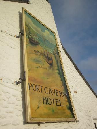 Port Gaverne Hotel: Famous old sign overlooking the small harbour