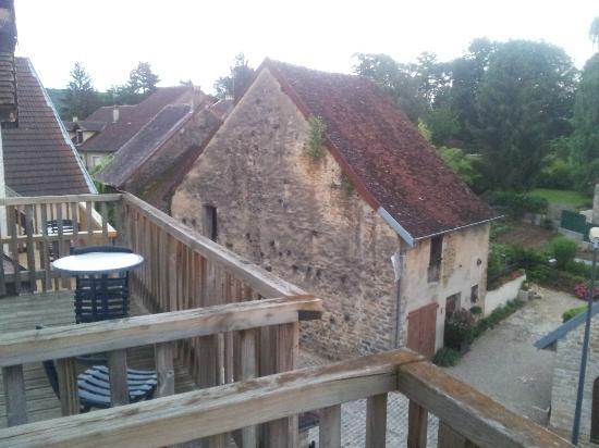 Hotel Parenthese : Vue depuis les chambres sur le joli village. On aperçoit le balcon de la chambre.