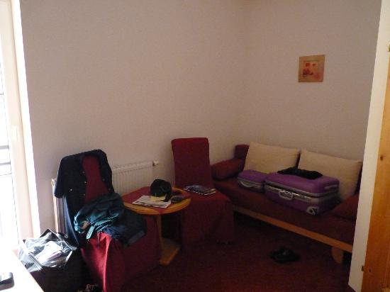 Schmittenhof: divano con poltrone separè da camera da letto