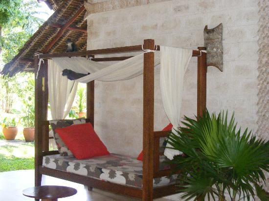 Baobab Beach Resort & Spa: Lounge area (or monkey playground - very funny to watch) at Miradadi end