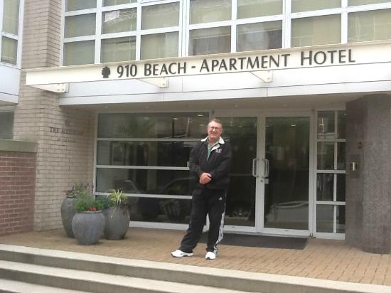 910 Beach Avenue Apartment Hotel: Outside the hotel