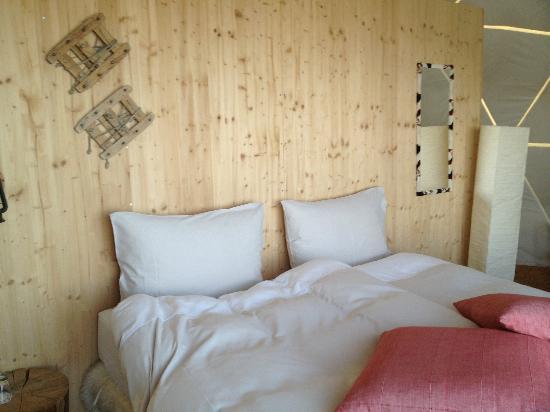 Whitepod Eco-Luxury Hotel : Petit lit douillet