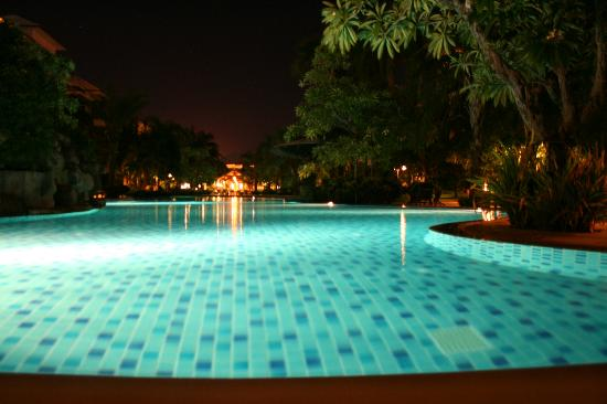 Ravindra Beach Resort & Spa: Piscine by night