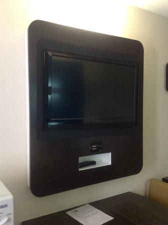 Motel 6 Dickson: Wall mounted flat screen with AV connections for gaming