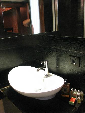 Abbazia Deluxe : Bathroom sink