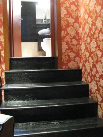 Abbazia Deluxe : Stairs into Bathroom