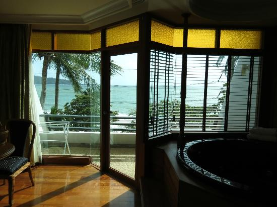Diamond Cliff Resort and Spa: Ocean View Suite and spa bath